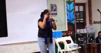 Activista indígena defiende con rap los derechos de la mujer